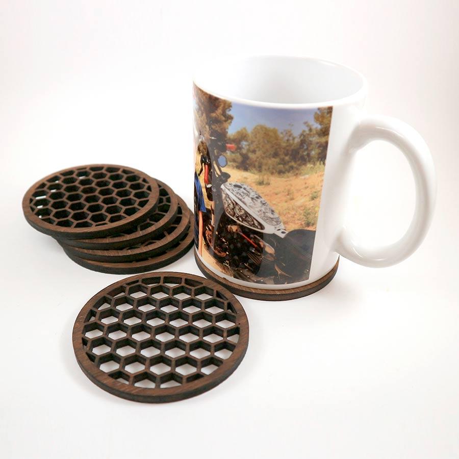 Posavasos en contrachapado de 5mm cortado con láser con forma de panal de abejas y teñido color nogal.