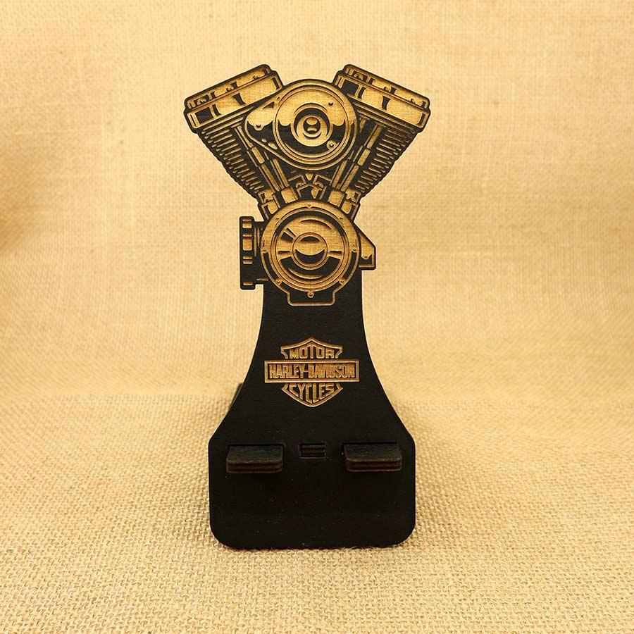 Soporte para móvil cortado y grabado láser en madera contrachapada de 5mm, grabado el Logo de Harley Davidson y un motor Evolution.