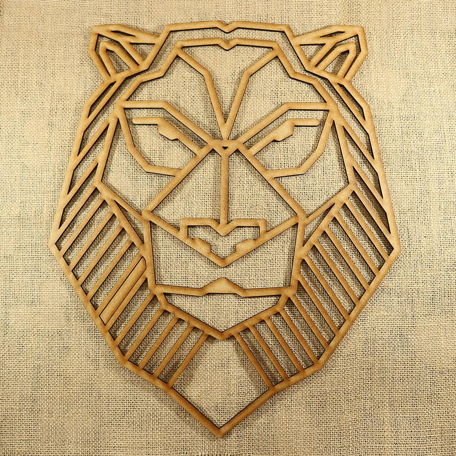León con forma poligonal cortado con láser en MDF de 3mm de espesor, ideal para decorar una pared o una puerta, se puede pintar y darle el color que más te guste.