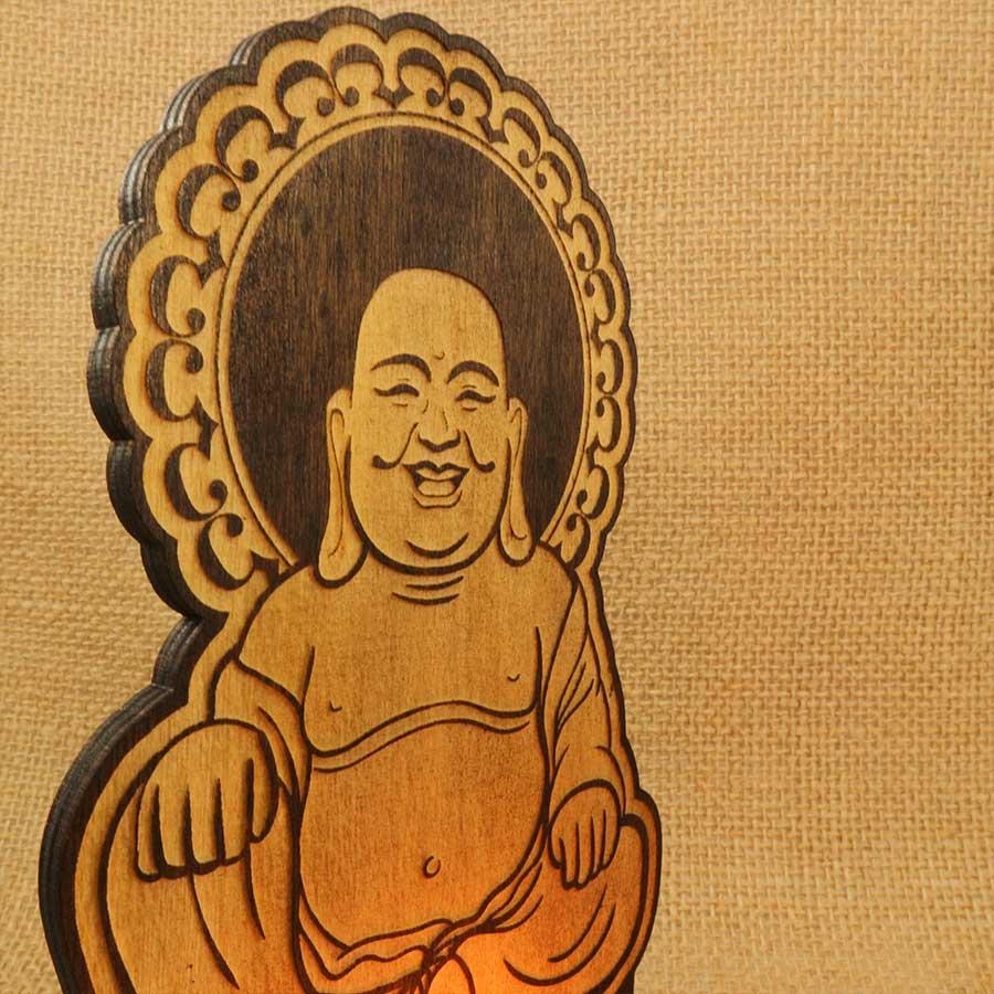 Soporte para vela Buda sonriente cortado y grabado con láser en madera contrachapada de 5mm y teñida con Betún de Judea.