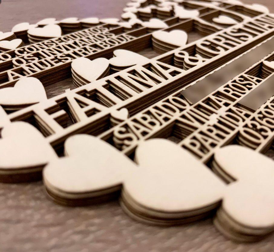 Invitación para boda, en cartulina con forma de corazón